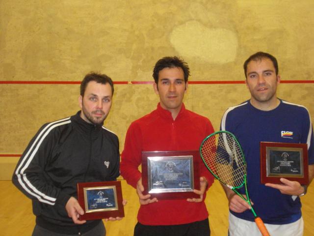 Sergio Salgado(iz) y Alberto Ferreiro (dcha) flanqueando al Campeón Aitor Yanguas