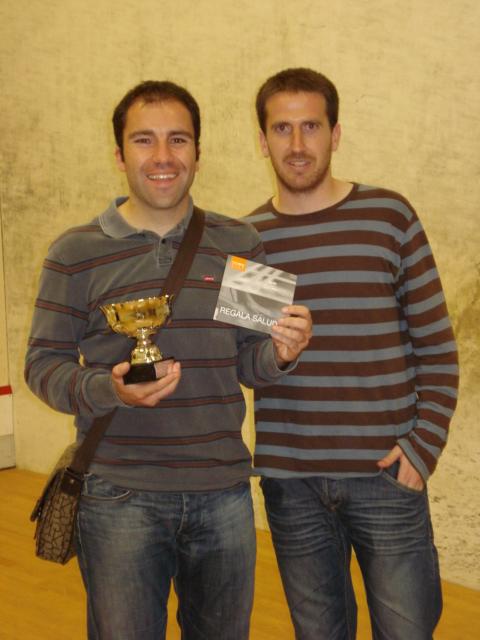 Alberto recogiendo el trofeo