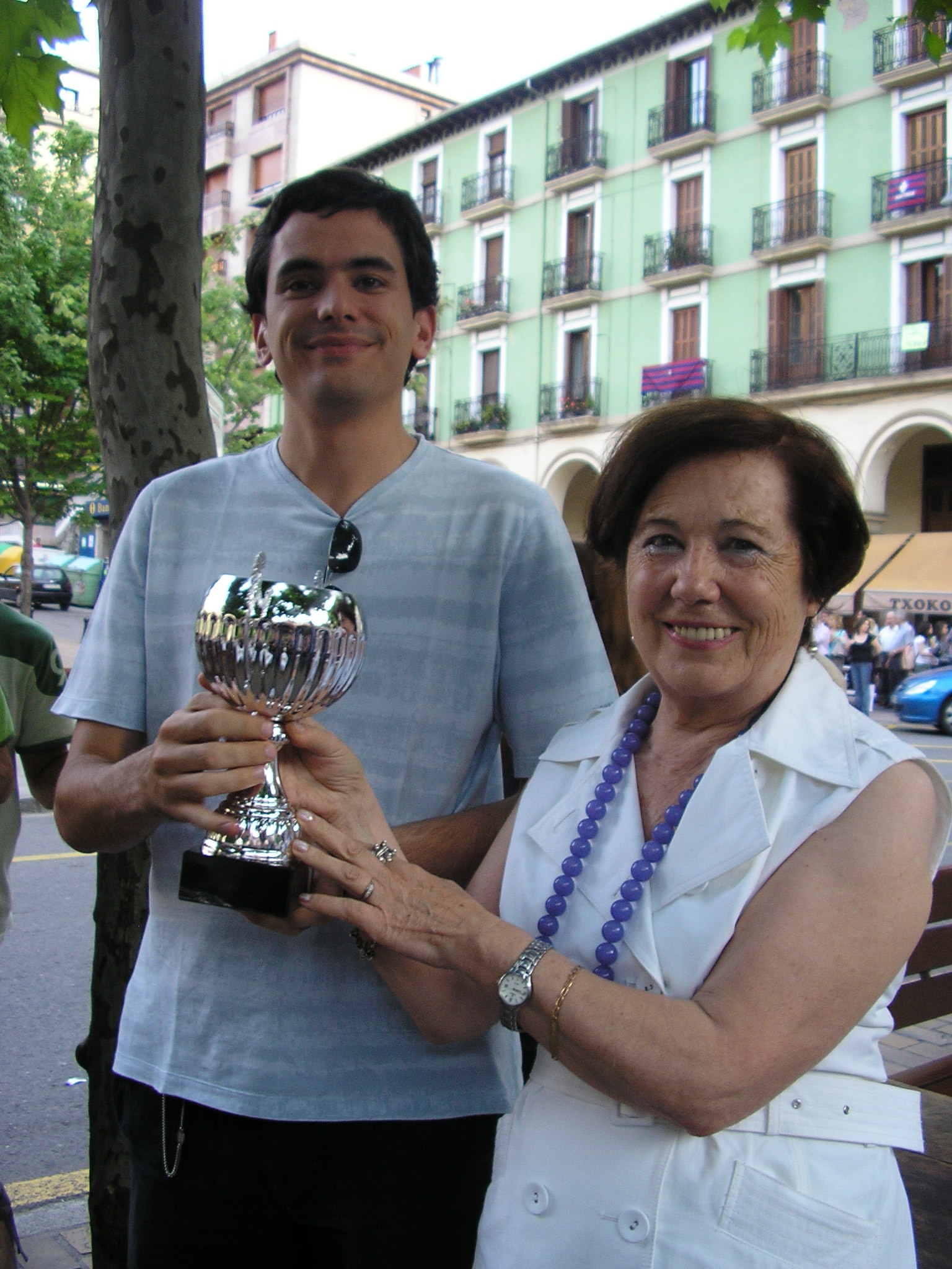 Santi Gonzalez recoge el trofeo al Campeón