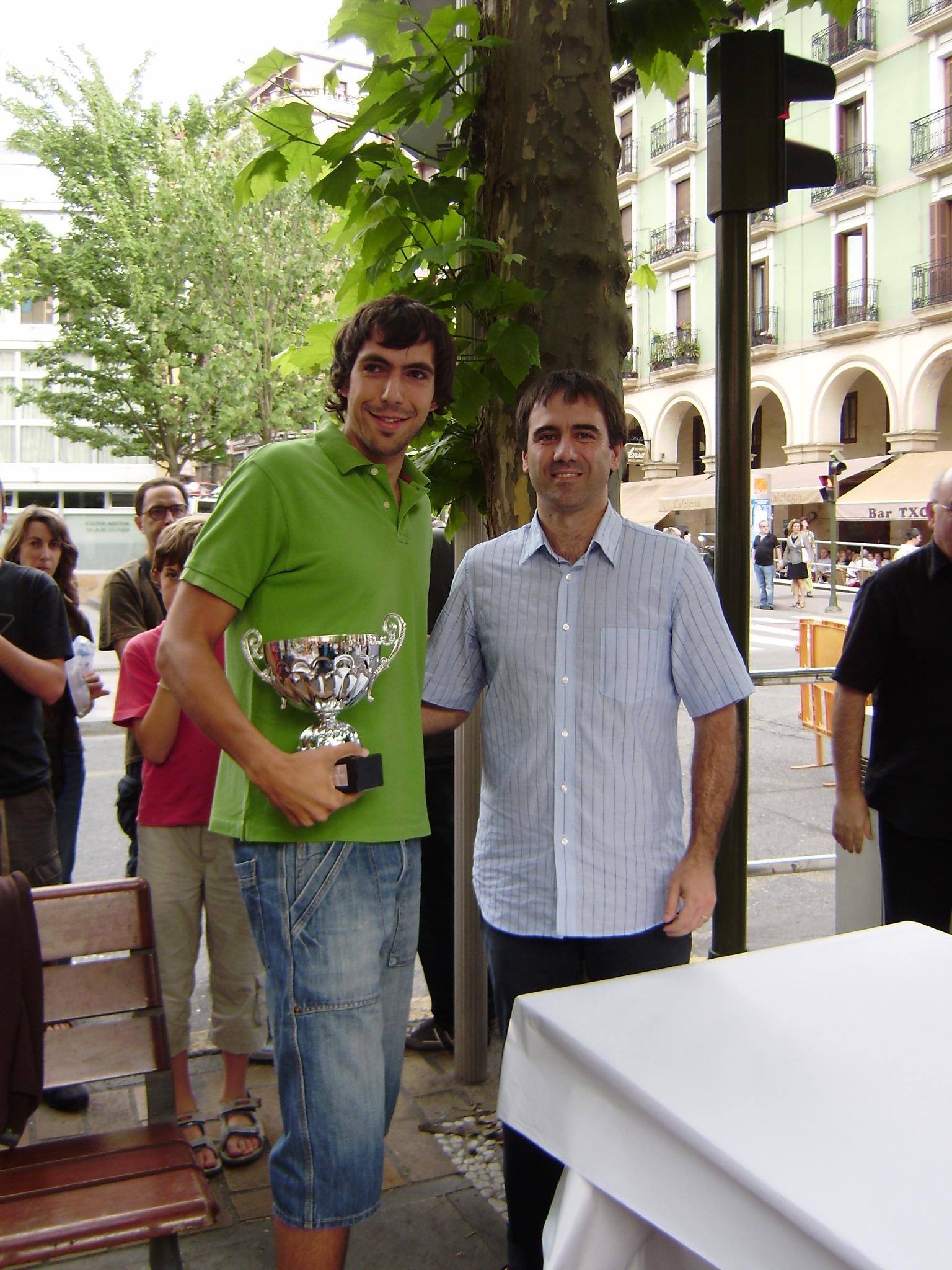 Álvaro Pérez recibe el trofeo de vencedor<br/> de manos de Miguel de los Toyos (Alcalde)
