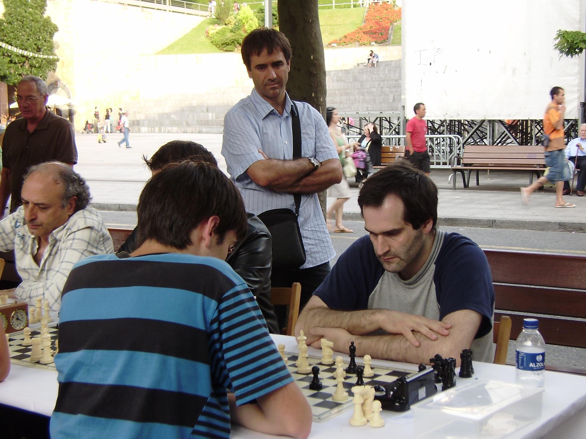 Miguel de los Toyos Eibarko Alkatea, Asier Etxagibel eta Jose Antonio Landaren arteko partida ikusten