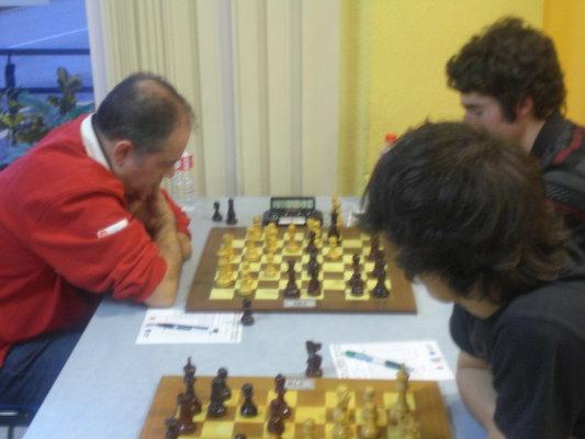 Carlos Nava vs. Haritz Garro en el fondo