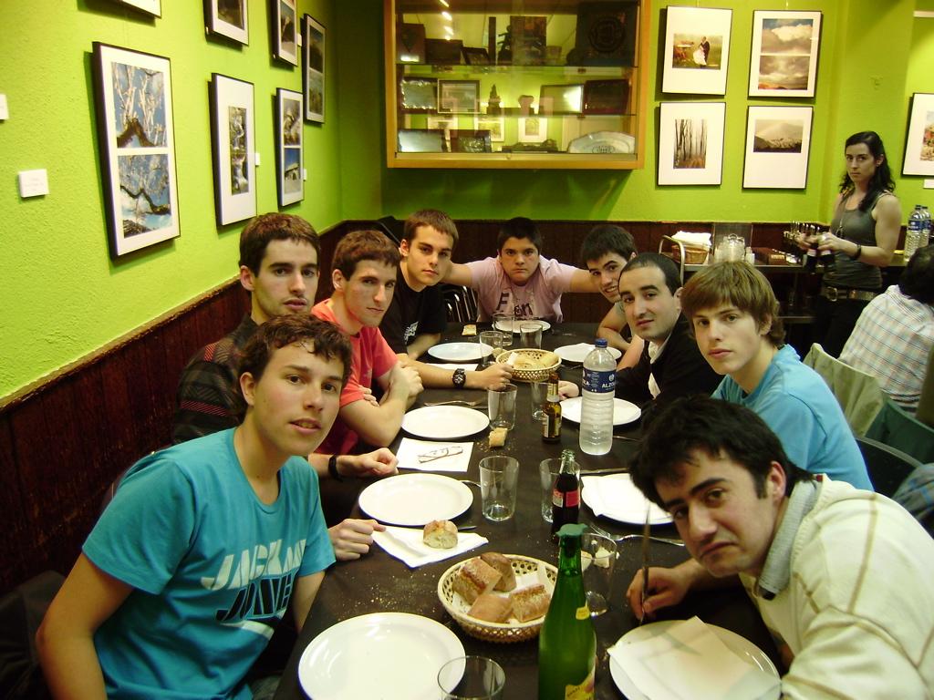 Los ajedrecistas del Depor esperando a la cena