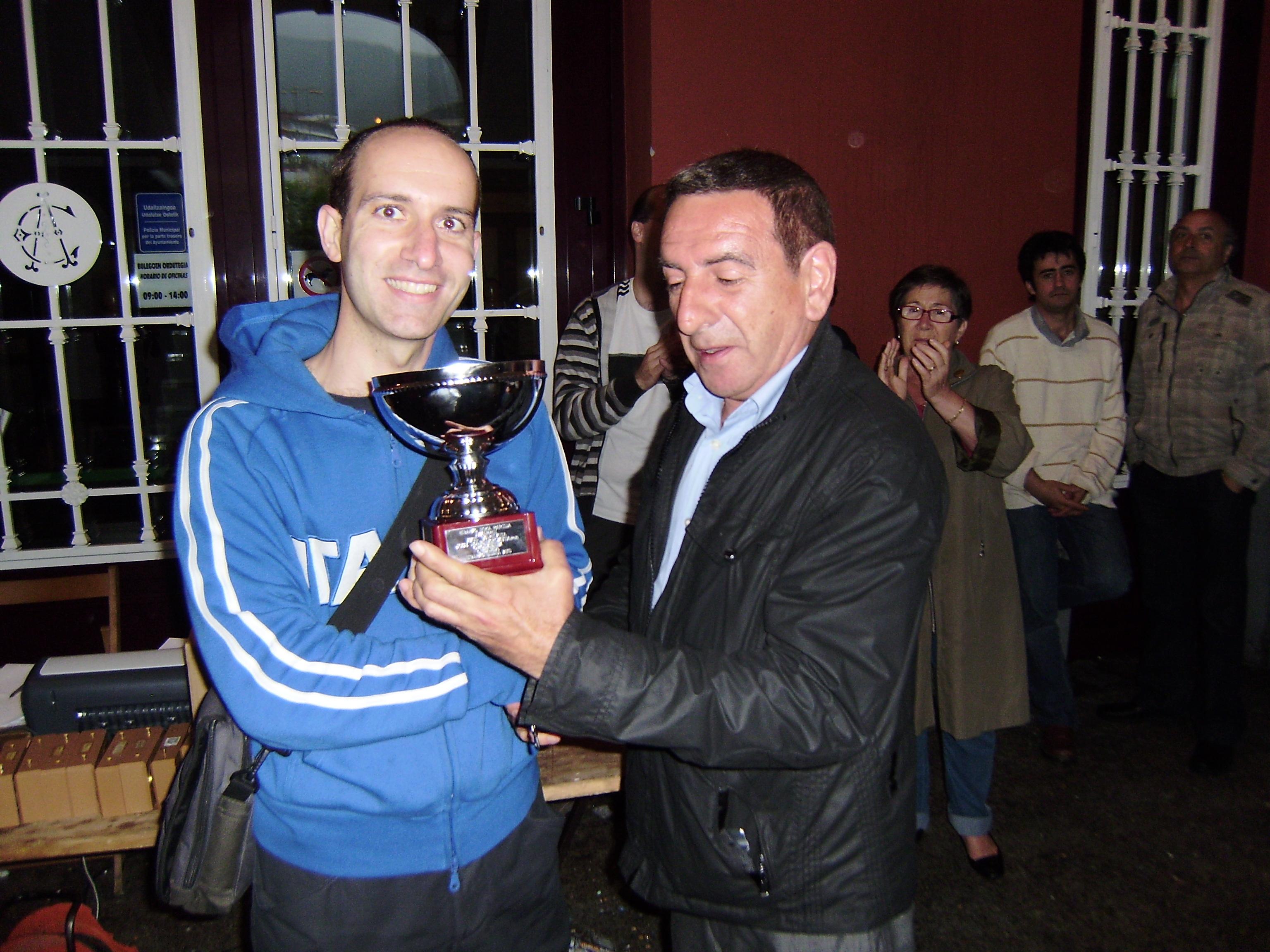 Javier Zorrakin entrega la copa de Campeón a José Ramón Ros