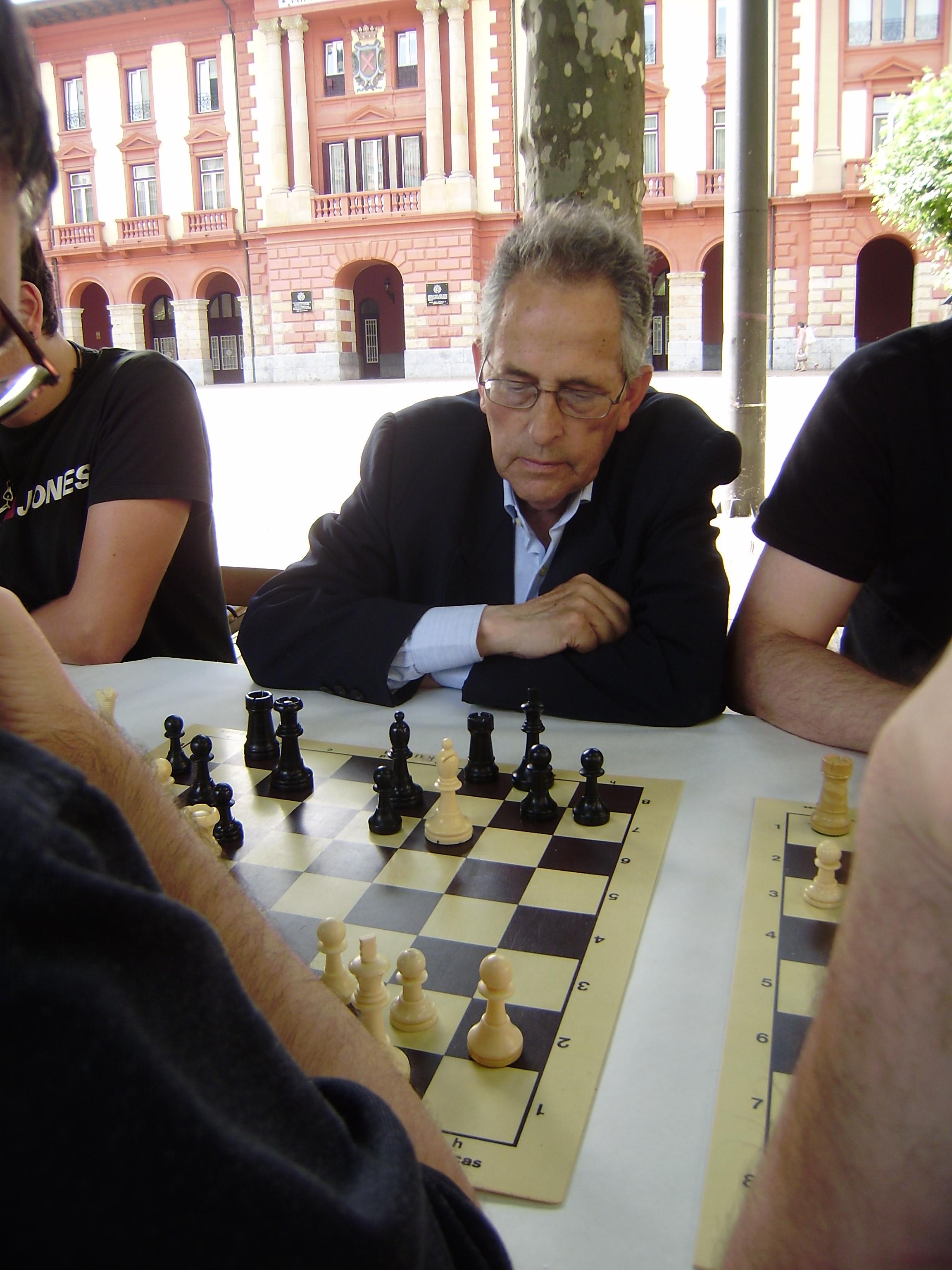 Manolo en una partida durante el pasado Torneo Ciudad de Eibar