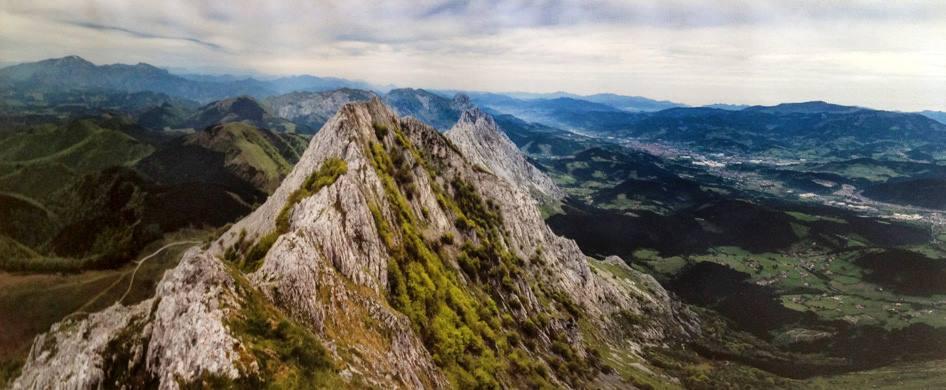 """MONTES DEL DURANGUESADO Se conoce como Montes de Duranguesado, Peñas del Duranguesado o Sierra de Amboto al conjunto de picos y cimas que se extienden en el lado sur de la comarca vizcaína del Duranguesado, recorriéndola en sentido este-oeste. Forman parte de los Montes Vascos. Por su espectacularidad se le ha denominado como """"la pequeña Suiza"""". Forman parte del Parque Natural de Urkiola y son grandes formaciones de roca caliza arreficiales, también, también denominadas urgonianas, de color gris claro muy abruptas y espectaculares. Aún cuando no tienen altitudes muy relevantes, la mayor de ellas se halla en el pico del Amboto con 1.331 msnm, se dan grandes desniveles de más de 1.000 m."""